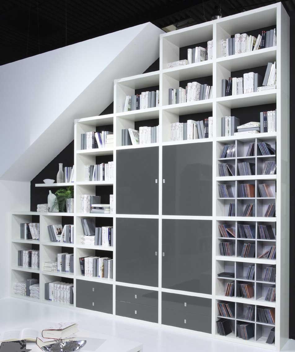 Das Bild zeigt ein Toro Stufenregal Hochglanz weiß mit Türen.