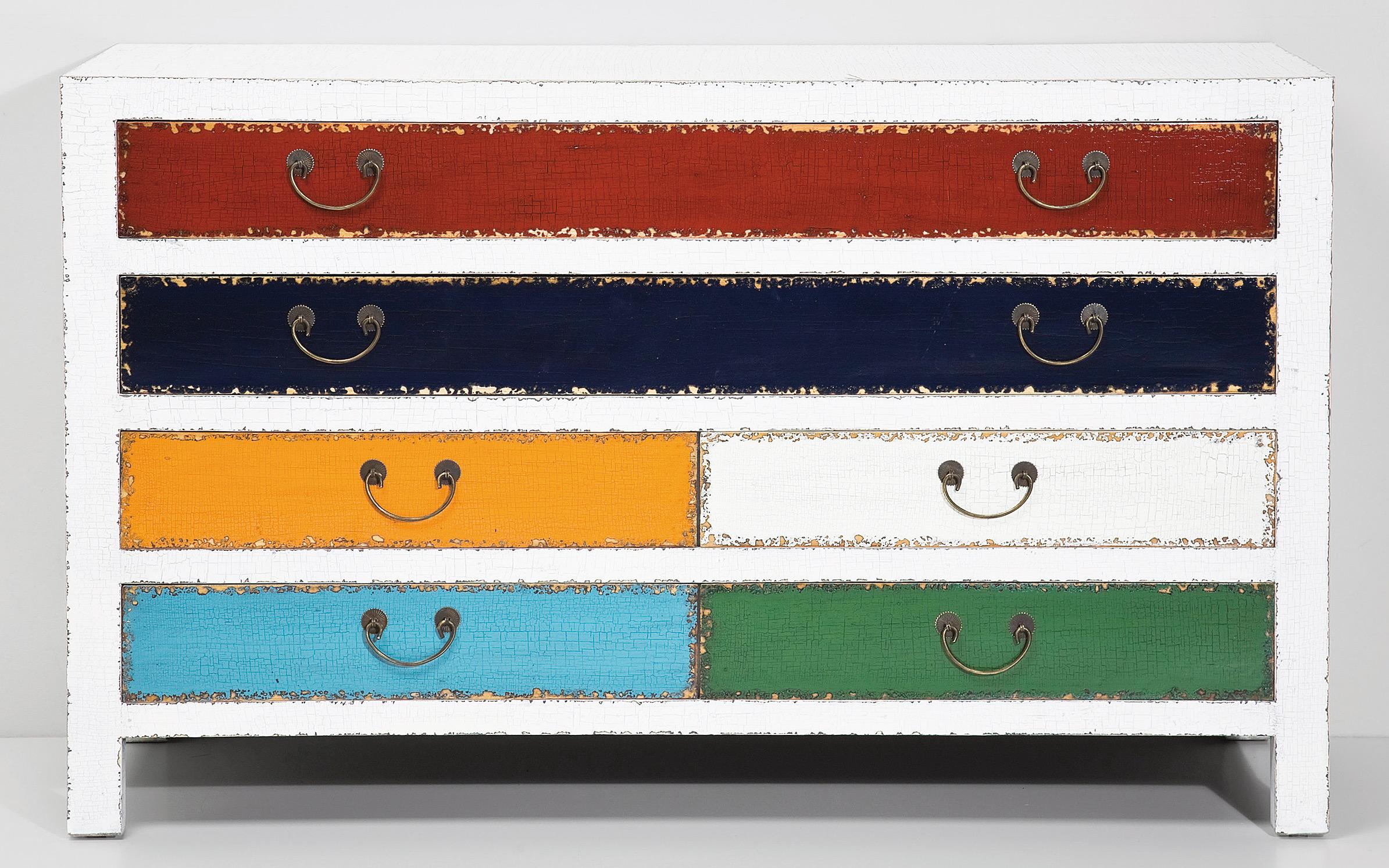 Das Bild zeigt eine Harlekin antik Kommode weiß im Kolonialstil aus Massivholz mit Schubladen von Kare Design.