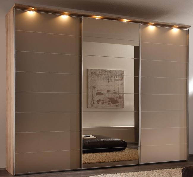 Das Bild zeigt einen Staud Schwebetürenschrank Sonate Modena mit Broncespiegel.
